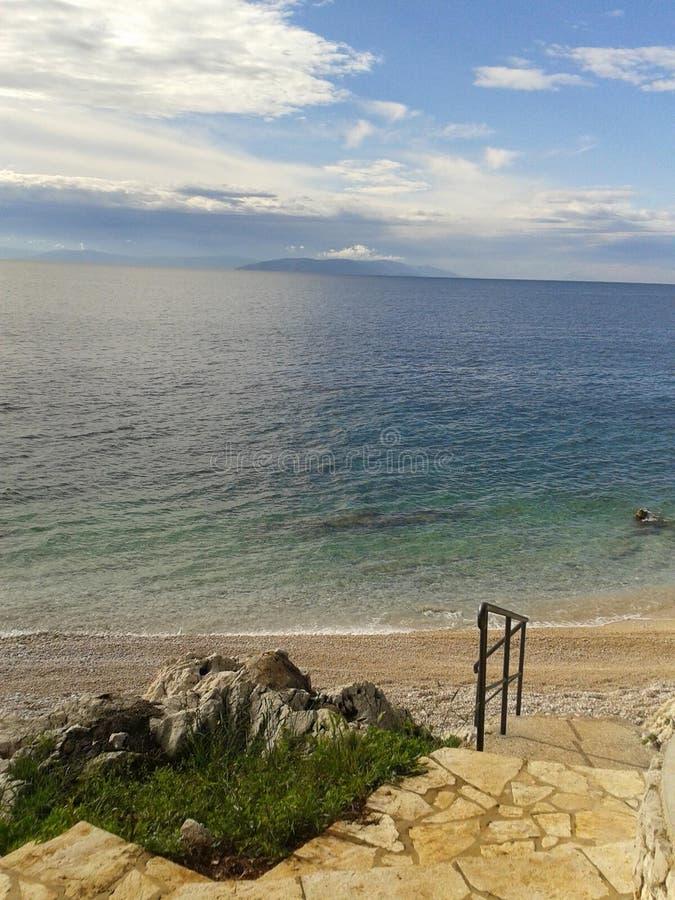 Bella vista della spiaggia in Croazia presa durante il giorno fotografia stock