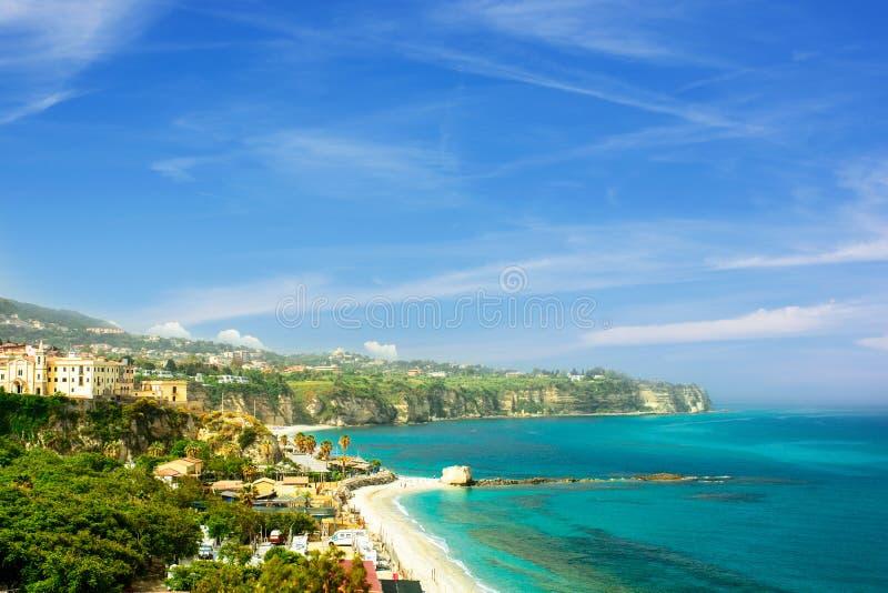 Bella vista della spiaggia pubblica in Tropea, Italia sothern immagine stock libera da diritti