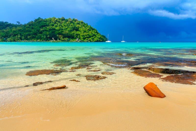 Bella vista della spiaggia della spiaggia sabbiosa tropicale piacevole immagine stock
