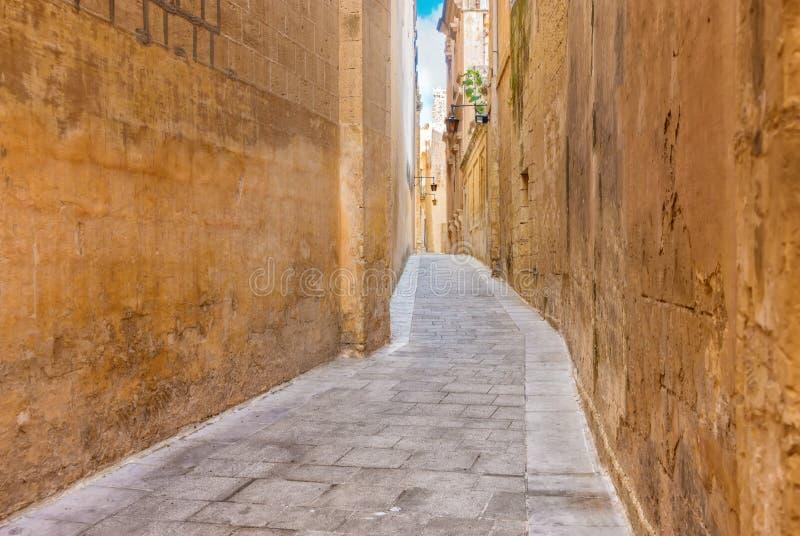 Bella vista della via medievale stretta in vecchia città Mdina, malto fotografie stock