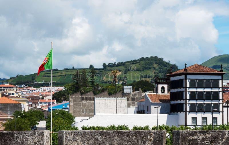 Bella vista delle montagne, dei tetti delle case e delle vie della città di Ponta Delgada, Portogallo immagini stock