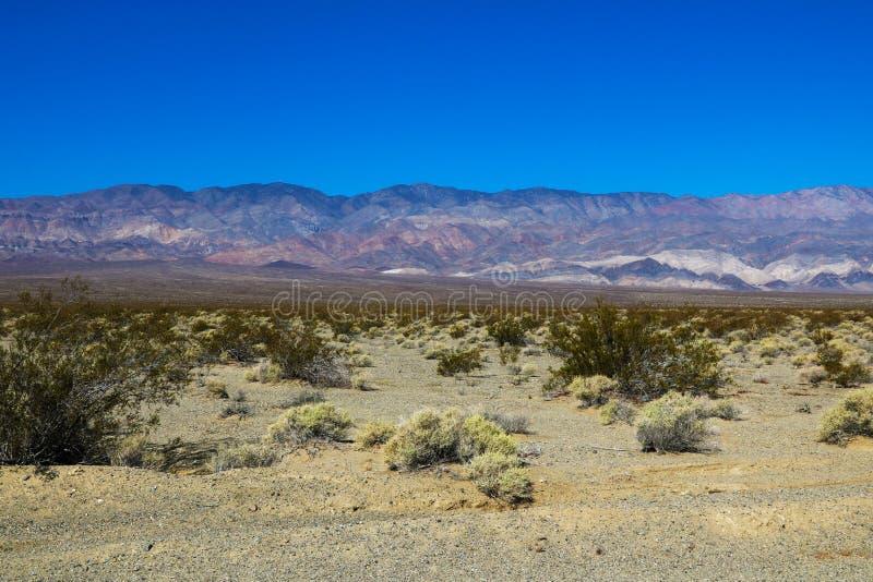 Bella vista delle montagne e del cielo blu nella valle della morte fotografia stock libera da diritti