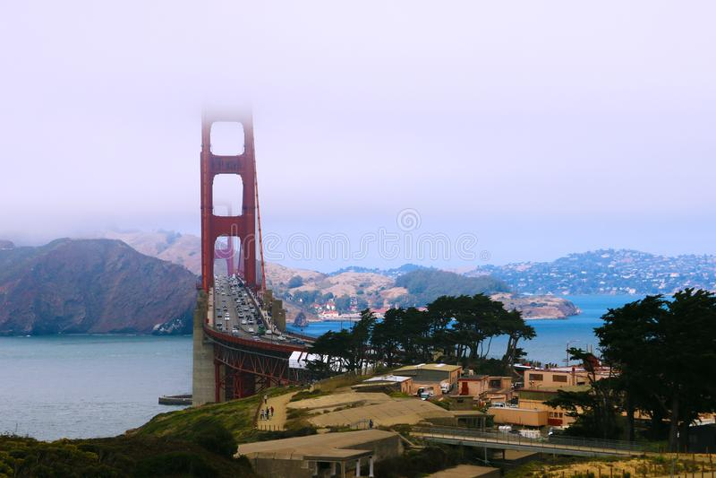 Bella vista delle montagne e del ponte, la cima di cui è nascosta nella nebbia immagini stock