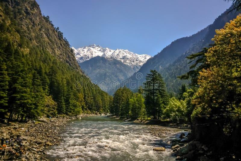 Bella vista delle montagne himalayane, Kasol, valle di Parvati, Himachal Pradesh, India fotografia stock