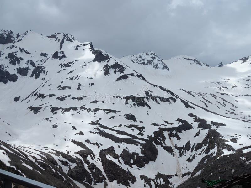 Bella vista delle montagne nell'area di Elbrus Panorama che guarda la cima della montagna coperta di neve fotografia stock libera da diritti