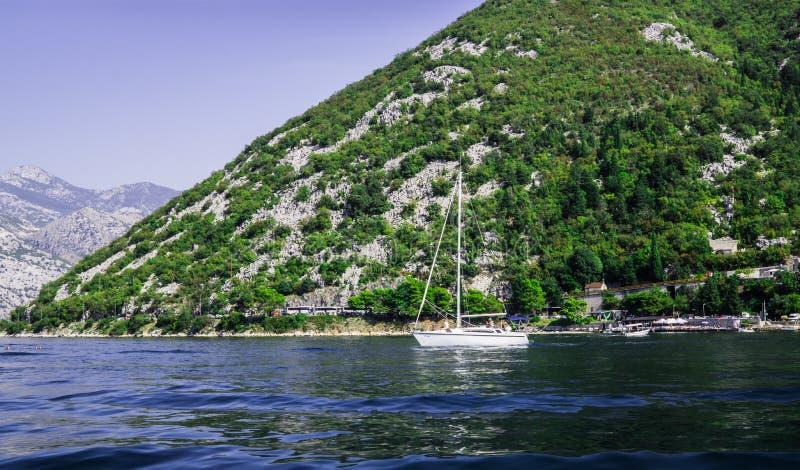 Bella vista delle rive della baia di Cattaro nel Montenegro Un battello da diporto per i turisti 22 settembre 2018 fotografia stock libera da diritti