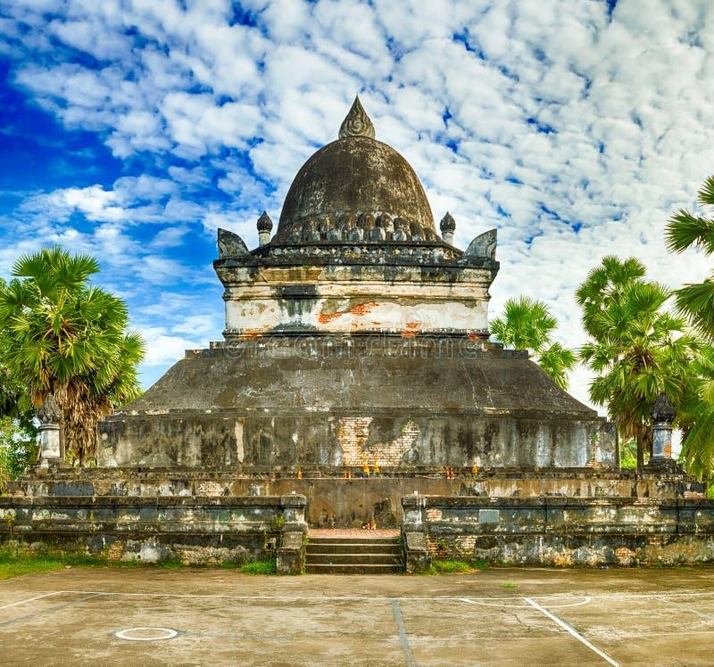 Bella vista dello stupa in Wat Visounnarath laos fotografie stock