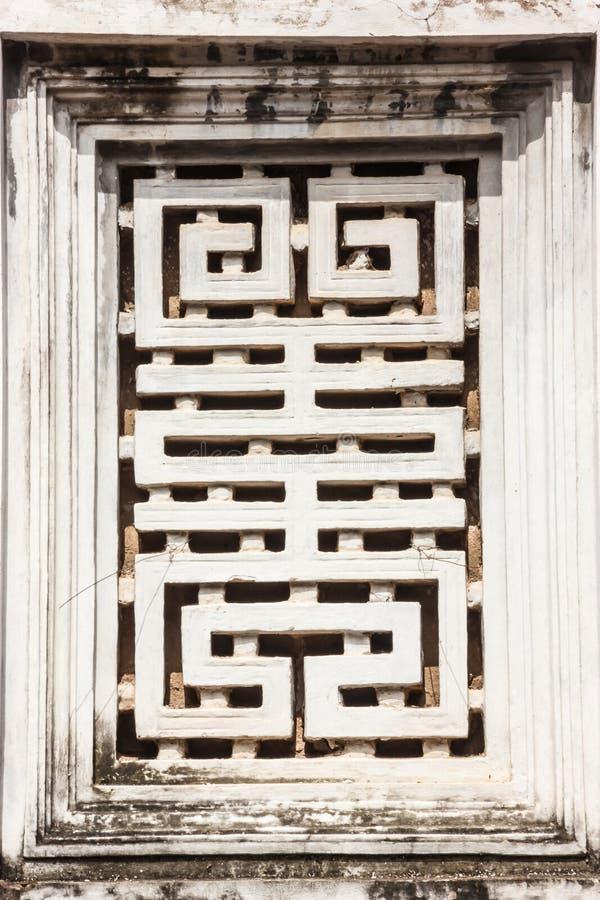Bella vista di arte di decorazione della parete della finestra del tempio di letteratura Van Mieu in vietnamita, conosciuto come  immagine stock