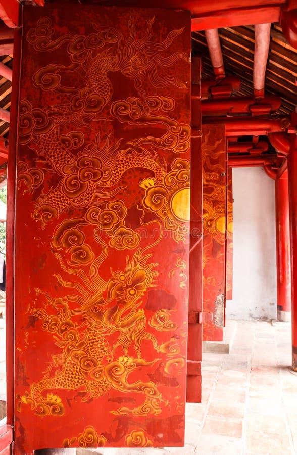 Bella vista di arte dei disegni dei portoni del tempio di letteratura Van Mieu in vietnamita, conosciuto come Temple of Confucius fotografia stock