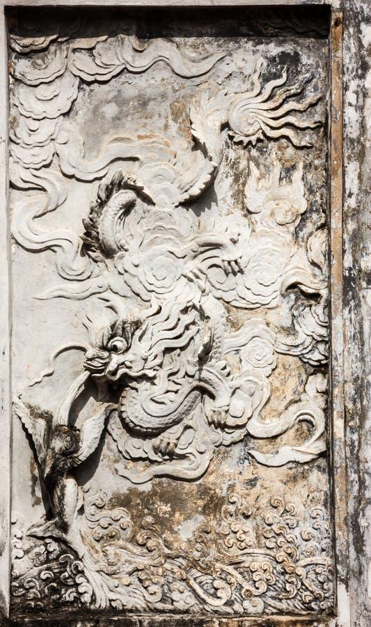 Bella vista di arte delle sculture della parete del tempio di letteratura Van Mieu in vietnamita, conosciuto come Temple of Confu immagini stock libere da diritti