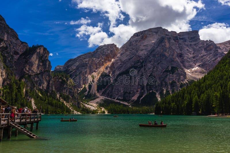 Bella vista di Lago di Braies Lake o di Pragser Wildsee in dolomia, Italia immagine stock libera da diritti
