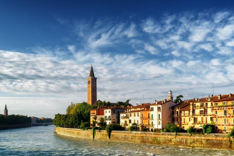 Bella vista di lungomare del fiume di Adige, Verona, Italia immagine stock