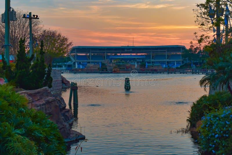 Bella vista di lungomare e dello stadio di bayside sul fondo variopinto di tramonto a Seaworld nell'area internazionale 2 dell'az fotografia stock libera da diritti