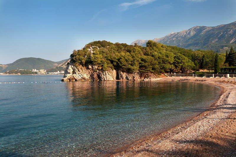 Bella vista di mattina della spiaggia vicino a Budua, Montenegro immagini stock libere da diritti