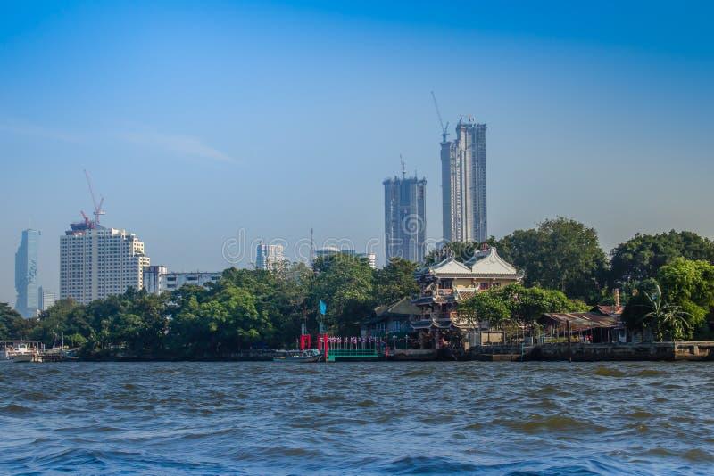 Bella vista di paesaggio urbano di Bangkok da Chao Phraya River Bangkok è la capitale e la maggior parte della città popolata del immagine stock