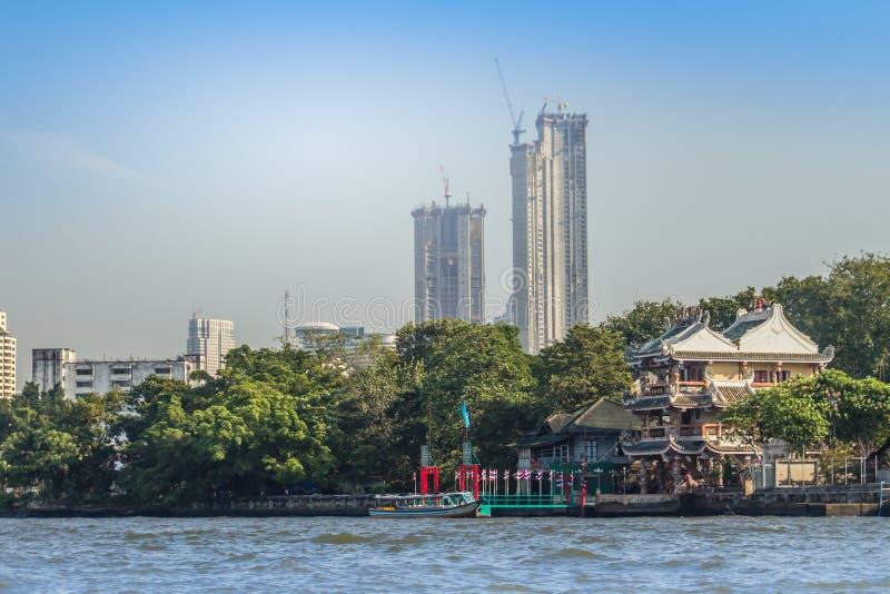 Bella vista di paesaggio urbano di Bangkok da Chao Phraya River Bangkok è la capitale e la maggior parte della città popolata del fotografia stock libera da diritti