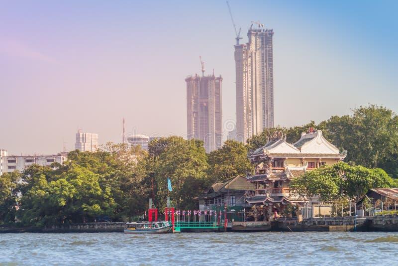 Bella vista di paesaggio urbano di Bangkok da Chao Phraya River Bangkok è la capitale e la maggior parte della città popolata del fotografia stock