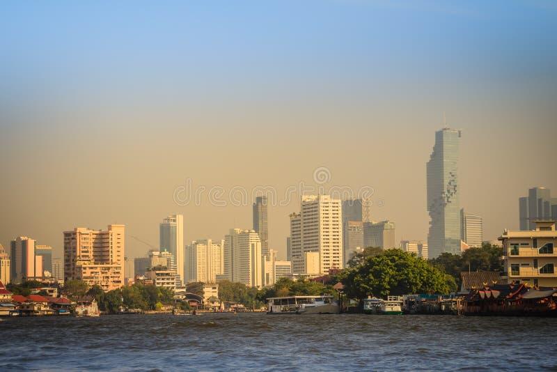 Bella vista di paesaggio urbano di Bangkok da Chao Phraya River Bangkok è la capitale e la maggior parte della città popolata del immagini stock libere da diritti