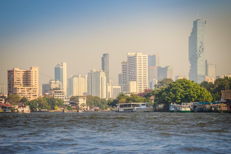 Bella vista di paesaggio urbano di Bangkok da Chao Phraya River Bangkok è la capitale e la maggior parte della città popolata del fotografie stock libere da diritti