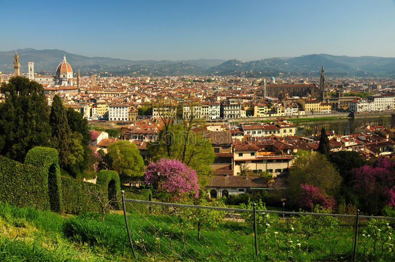 Bella vista di panorama della cattedrale di Santa Maria del Fiore a Firenze come visto dal giardino di Bardini durante la stagion fotografie stock libere da diritti