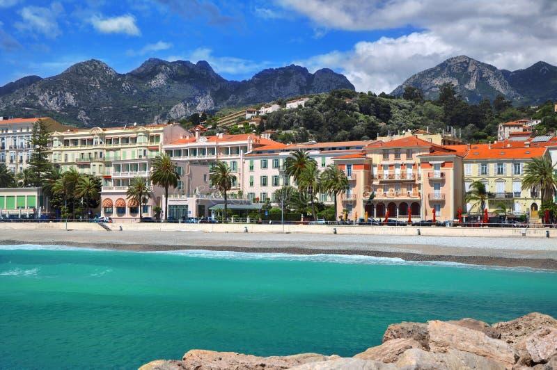 Bella vista di passeggiata e di vecchia città medievale con le ville multicolori di Menton, Cote-d-Azur Riviera francese fotografia stock libera da diritti