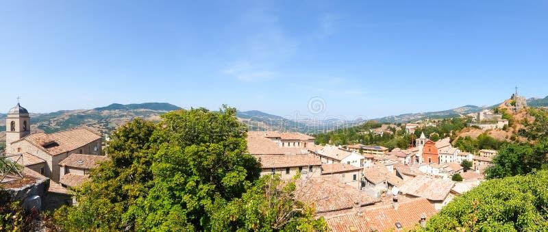 Bella vista di Pennabilli, piccolo comune, individuato circa 140 chilometri 87 MI a sud-est di Bologna fotografie stock