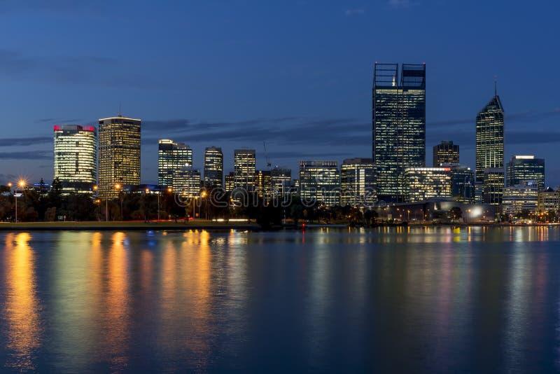 Bella vista di Perth centrale all'ora blu, Australia occidentale fotografia stock