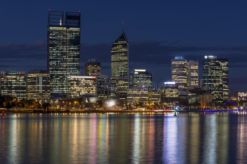 Bella vista di Perth centrale all'ora blu, Australia occidentale fotografia stock libera da diritti