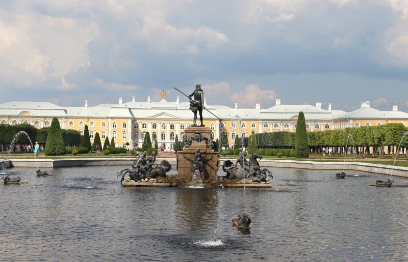 Bella vista di Petergof San Pietroburgo fotografia stock libera da diritti