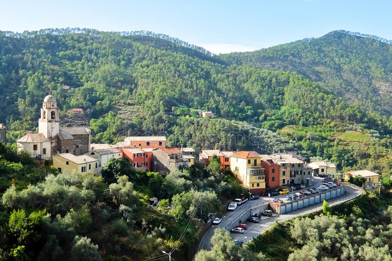 Bella vista di piccolo villaggio Legnaro, situata nelle colline vicino al Levanto immagine stock