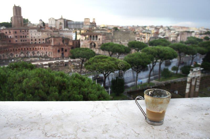 Bella vista di Roma e della tazza con il latte del caffè fotografie stock