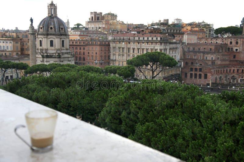 Bella vista di Roma e della tazza con il latte del caffè immagini stock libere da diritti