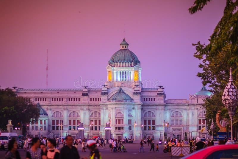 Bella vista di sera del trono Corridoio, il forme di Ananta Samakhom immagine stock