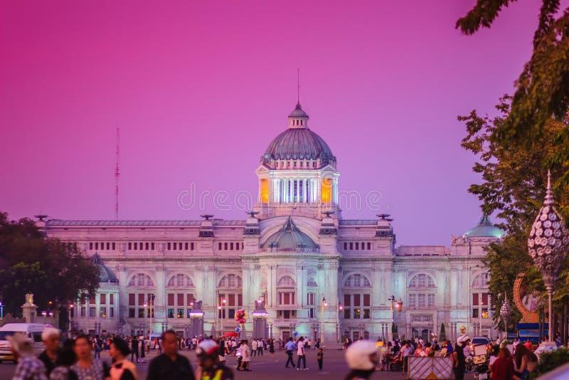 Bella vista di sera del trono Corridoio, il forme di Ananta Samakhom immagine stock libera da diritti