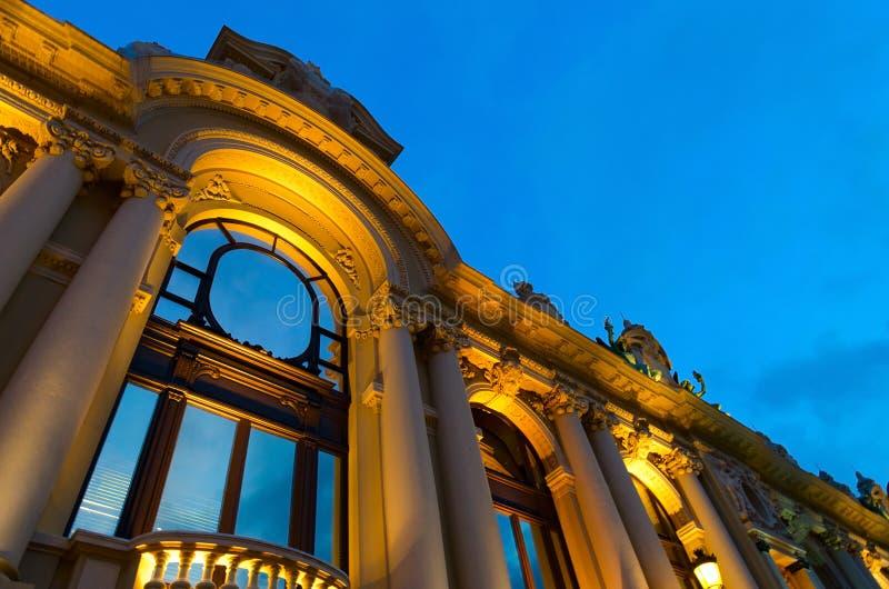 Bella vista di sera della costruzione del casinò contro il cielo blu a Monte Carlo, Monaco immagini stock libere da diritti