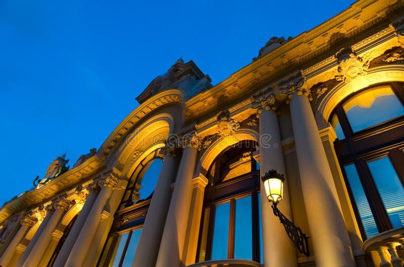 Bella vista di sera della costruzione del casinò contro il cielo blu a Monte Carlo, Monaco fotografia stock libera da diritti