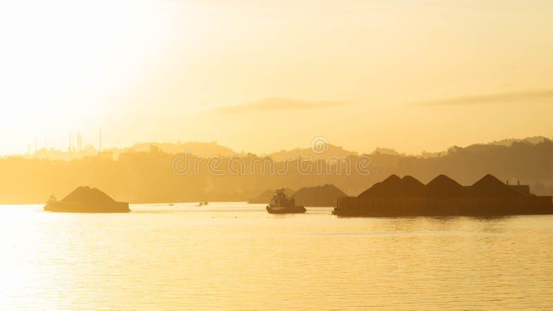 Bella vista di traffico dei rimorchiatori che tirano chiatta di carbone al fiume di Mahakam, Samarinda, Indonesia fotografia stock libera da diritti