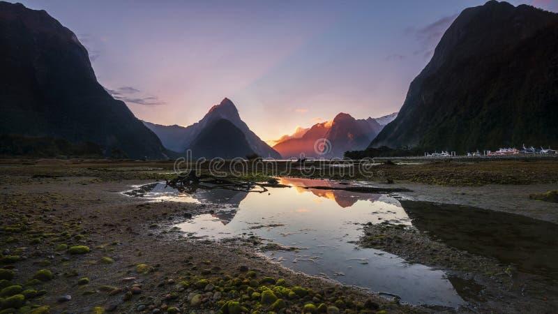 Bella vista di tramonto del picco del mitra in Milford Sound, isola del sud, Nuova Zelanda immagini stock