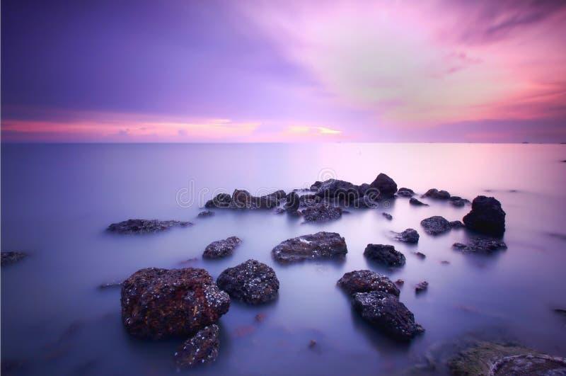 Bella vista di tramonto e pietre nere immagine stock
