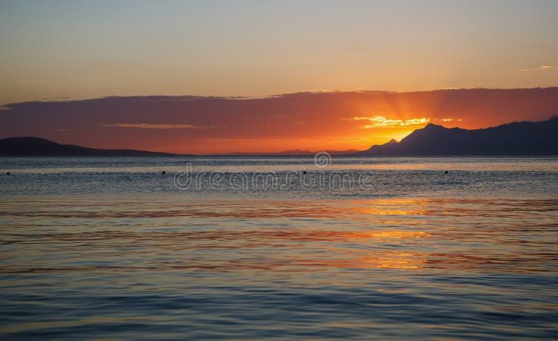 Bella vista di tramonto Il Sun supera giù l'orizzonte immagini stock