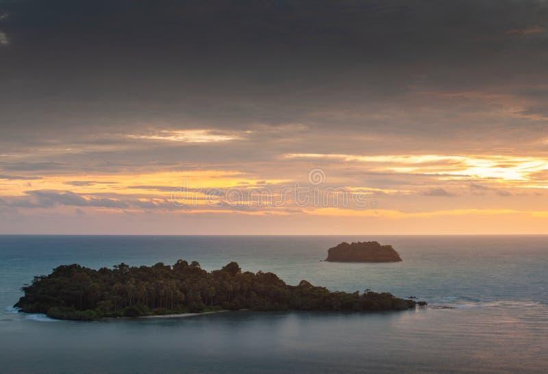 Bella vista di tramonto a Koh Chang Island, Trat, Tailandia immagini stock libere da diritti