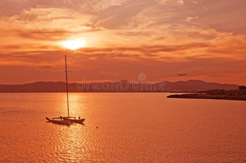 Bella vista di tramonto sopra la baia di Palma con la barca a vela attraccata immagine stock libera da diritti