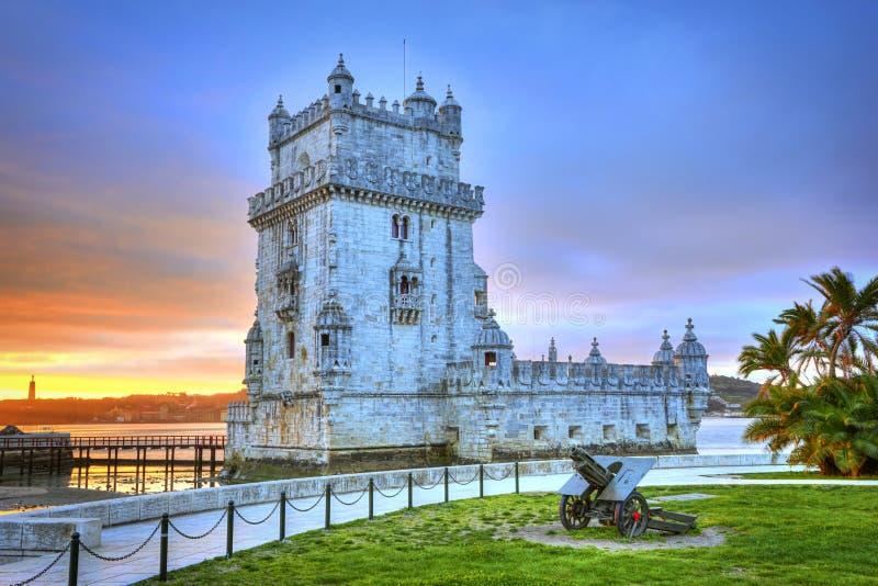 Bella vista di tramonto sopra la torre di Belem, Lisbona, Portogallo fotografia stock libera da diritti