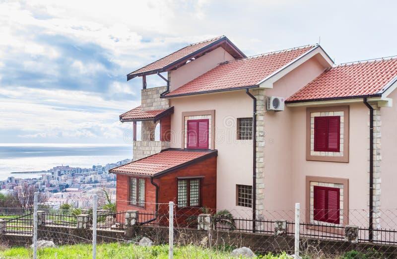 Bella vista di un edificio residenziale tradizionale con un balcone vicino alla montagna in Budua fotografie stock libere da diritti