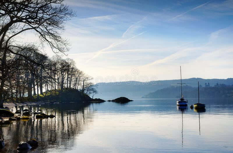 Luce solare di mattina sul lago Windermere fotografia stock libera da diritti