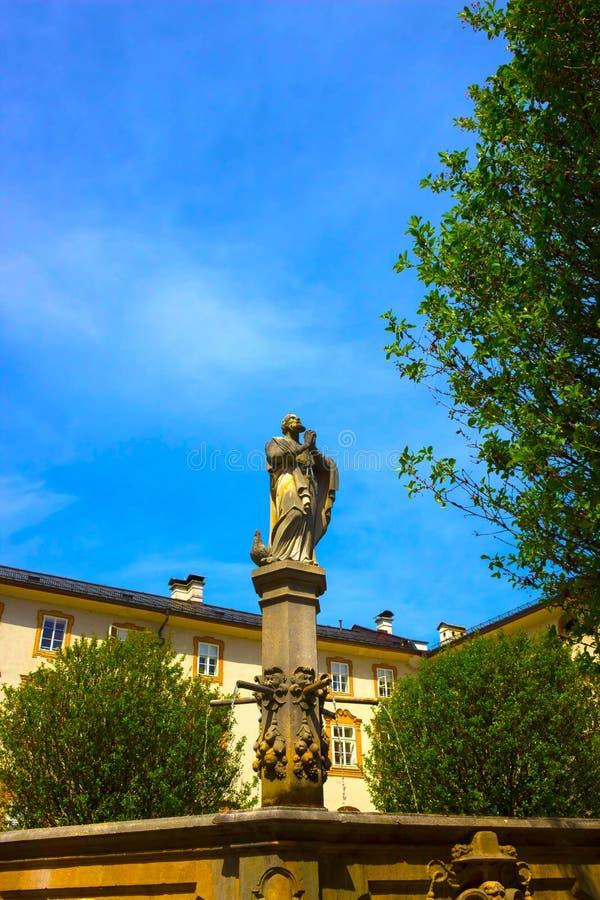 Bella vista di vecchia fontana nella parte storica della città austriaca Salisburgo immagini stock libere da diritti