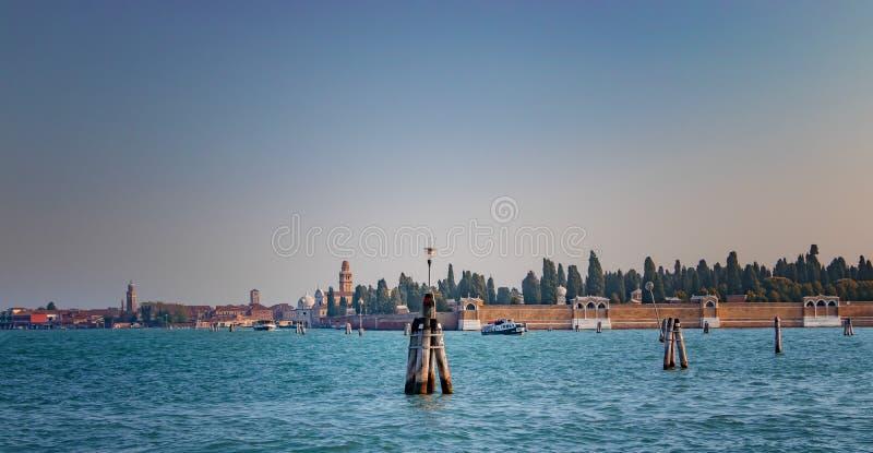 Bella vista di vecchio cimitero sull'isola a Venezia, Italia Ci sono un bello chiaro mare e le belle nuvole immagini stock