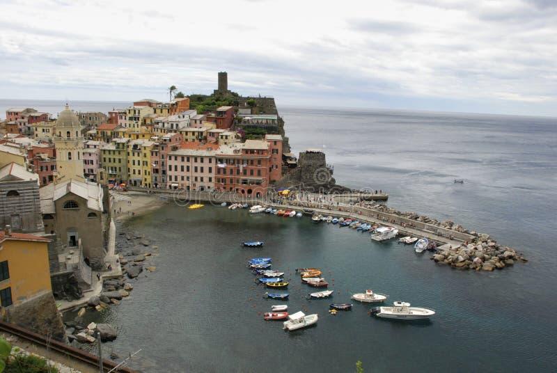 Bella vista di Vernazza È uno di cinque villaggi variopinti famosi di Cinque Terre National Park in Italia, sospesi immagine stock libera da diritti