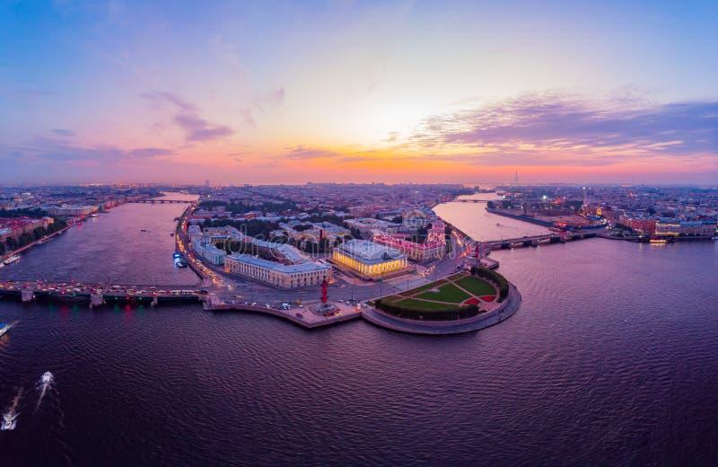 Bella vista evning aerea nelle notti bianche di St Petersburg, Russia, l'isola di Vasilievskiy al tramonto, rostrale immagini stock libere da diritti