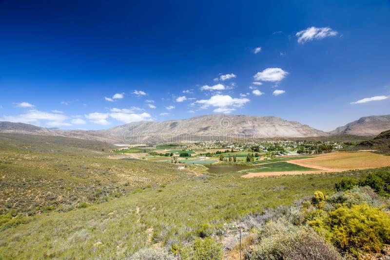 Bella vista grandangolare di Barrydale, situata sul confine delle regioni di karoo di Klein e di Overberg fotografia stock